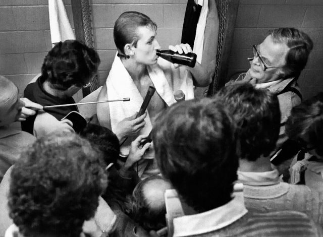 Gretzky enjoyed a beer while meeting with media .